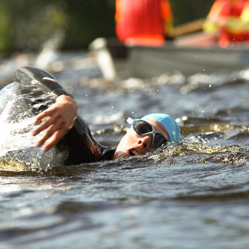 Triathlonisti uimassa